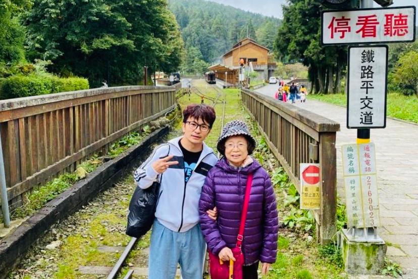 唐從聖(左)與母親到阿里山旅遊,沿途安排妥適,一圓全家同遊夢想。 圖/唐從聖提供