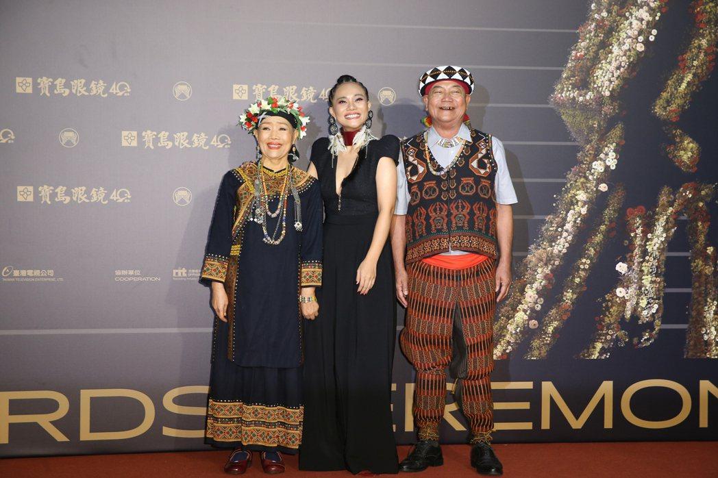 第31屆金曲獎在台北流行音樂中心舉行,阿爆(中)以一身黑色深V洋裝與穿著排灣族傳...