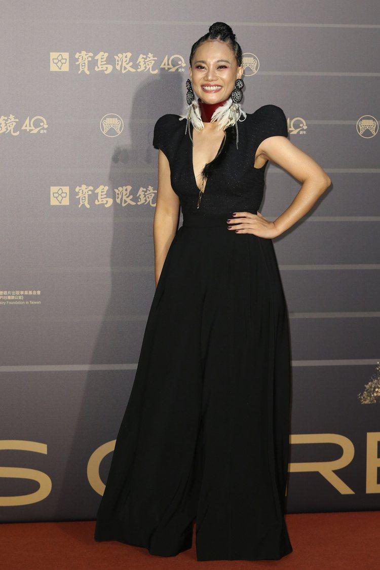 第31屆金曲獎在台北流行音樂中心舉行,阿爆以一身黑色深V洋裝走星光大道。記者季相...