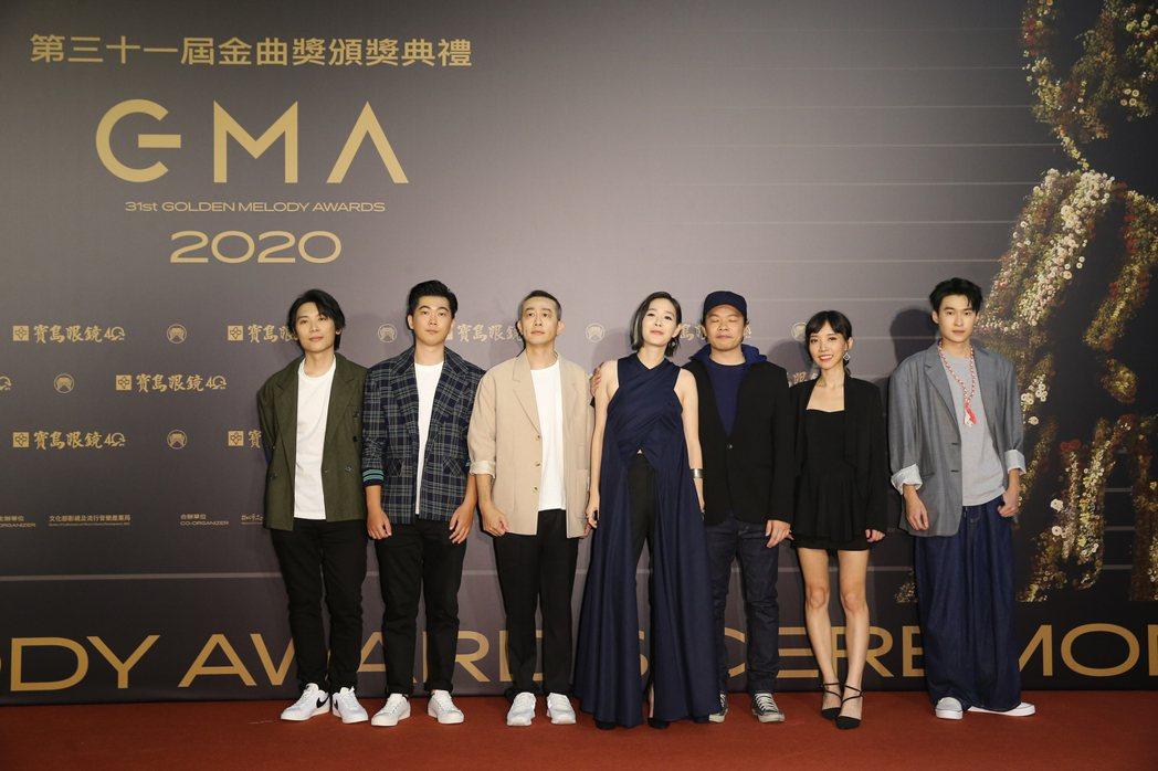 第31屆金曲獎在台北流行音樂中心舉行,安溥(左四)走星光大道。記者季相儒/攝影