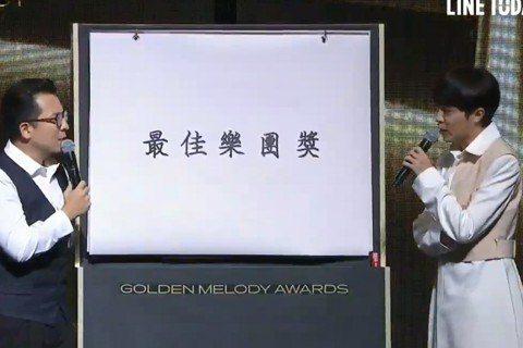第31屆金曲獎頒獎典禮於今(3)日在臺北流行音樂中心盛大登場。青峰擔任最佳樂團獎的頒獎人,在介紹入圍者的橋段時,特地準備字卡,並發揮幽默搞笑的本性,開玩笑說,這年頭不流行「告五人」(入樂團團名)、告...