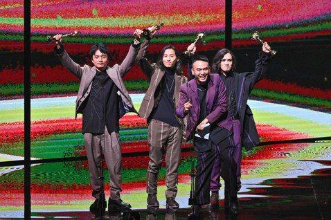 第31屆金曲獎「最佳樂團獎」由「滅火器」拿下,入圍過3次的他們終於拿下獎座,主唱楊大正在台上強忍激動情緒提到,時常看到網民在網路上酸他們是,愛扯政治、愛消費台灣的爛團,但他們用金曲獎證明自己,「不像...