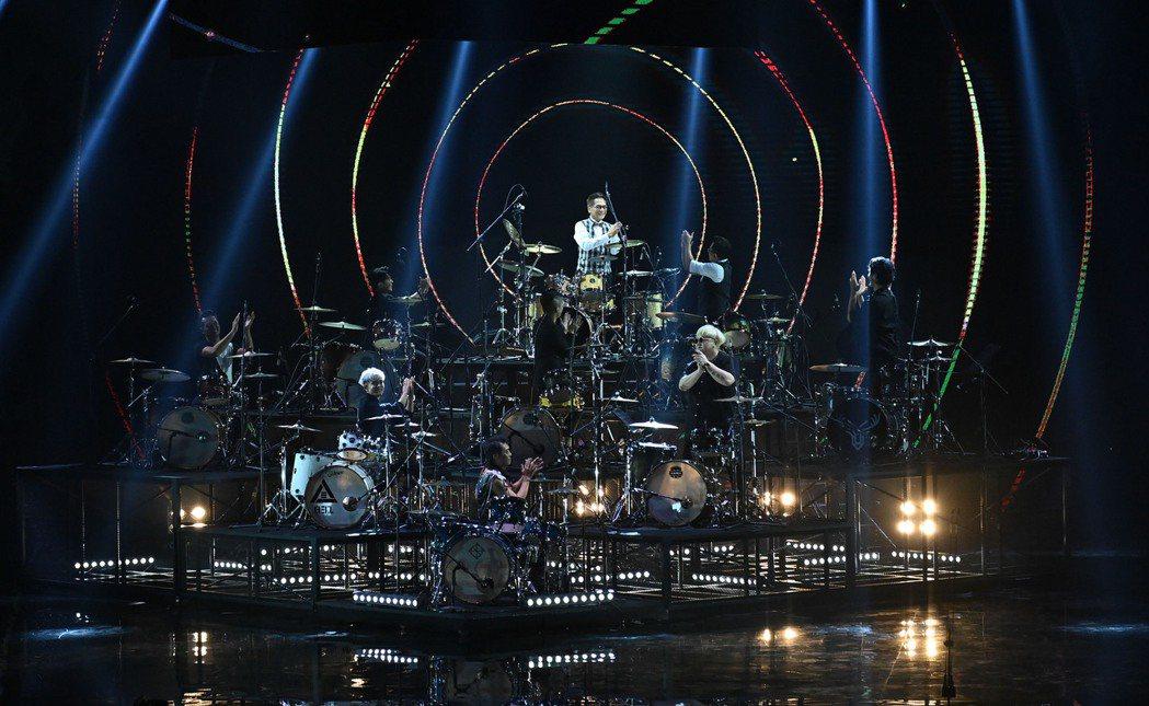 第31屆金曲獎,黃瑞豐獲得《 特別貢獻獎 》,並與多名樂團鼓手進行表演。圖/台視...