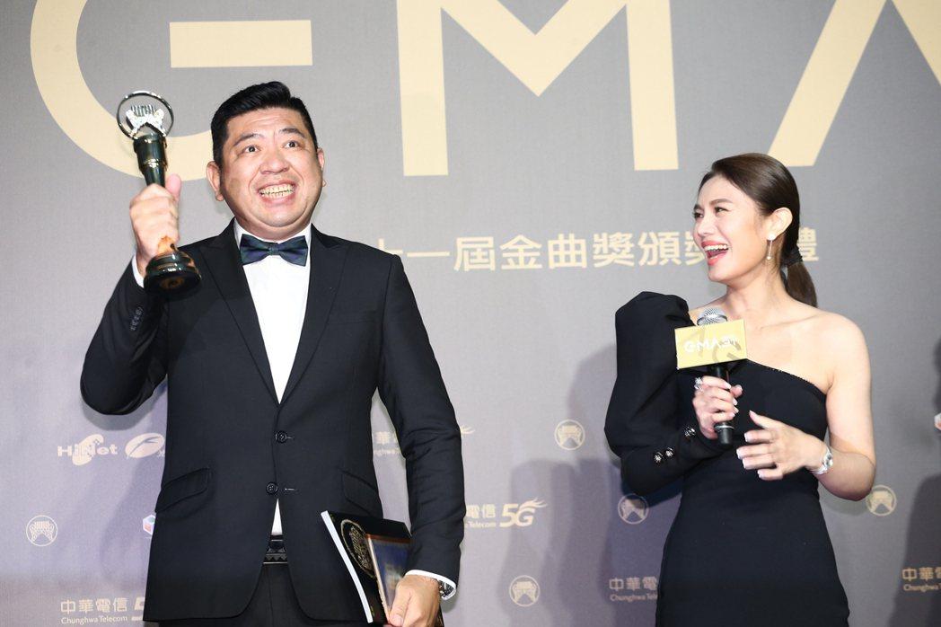 第31屆金曲獎,朱海君(右)獲得最佳台語女歌手獎,先生NONO(左)上台支持。記