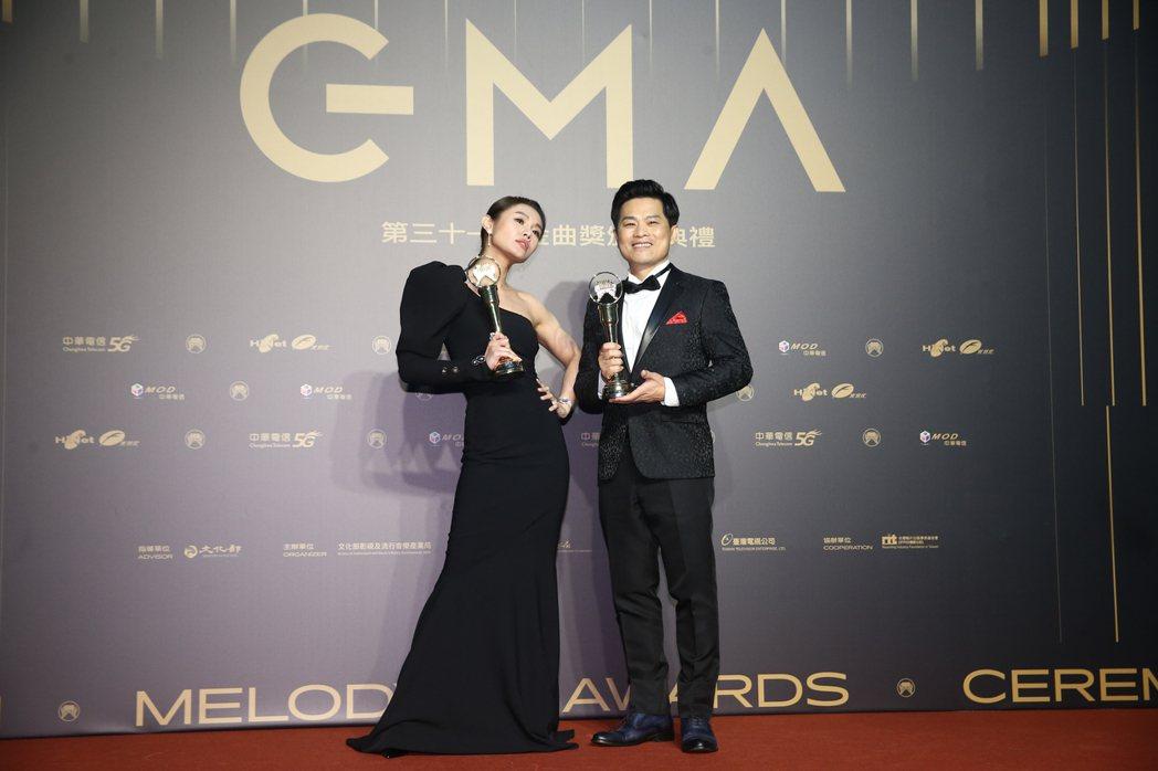 第31屆金曲獎,蘇明淵(右)、朱海君(左)獲得最佳台語男女歌手獎。記者曾原信/攝...