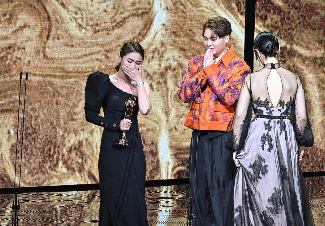 第31屆金曲獎,朱海君(左)獲得最佳台語女歌手獎。圖/台視提供