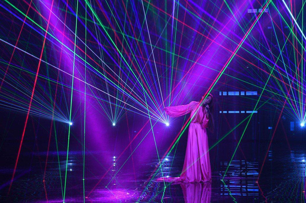 第31屆金曲獎,田馥甄以一席桃紅色的服裝進行表演。圖/台視提供