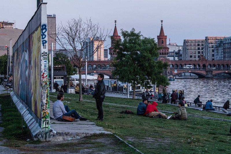 遊客上月底造訪柏林圍牆「東邊畫廊」。歐新社