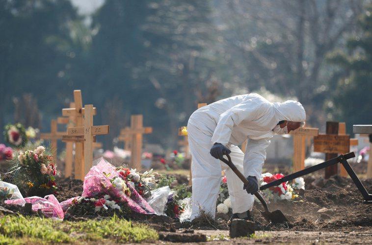阿根廷1日單日激增3352名患者染疫病故,全國累計不治患者大增至2萬288人。路...