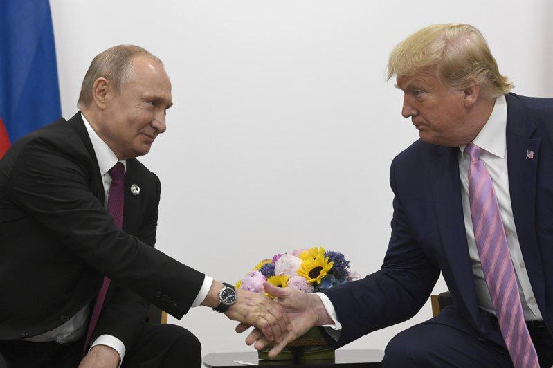 美國總統川普確診感染新型冠狀病毒,北韓領袖金正恩及俄羅斯總統普亭已相繼向川普表達慰問之意,祝福他早日康復。圖為2019年6月川普與普亭在日本大阪G7會議上雙邊會議握手。 美聯社
