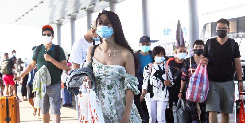 中秋連假第二天屏東東港湧入不少遊客,前往小琉球旅遊的旅客絡繹不絕。記者劉學聖/攝影