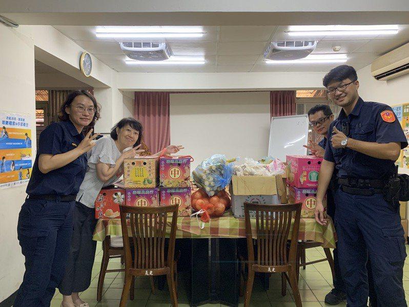 萬華警方中秋送暖,捐贈育幼院童愛心食材。記者廖炳棋/翻攝