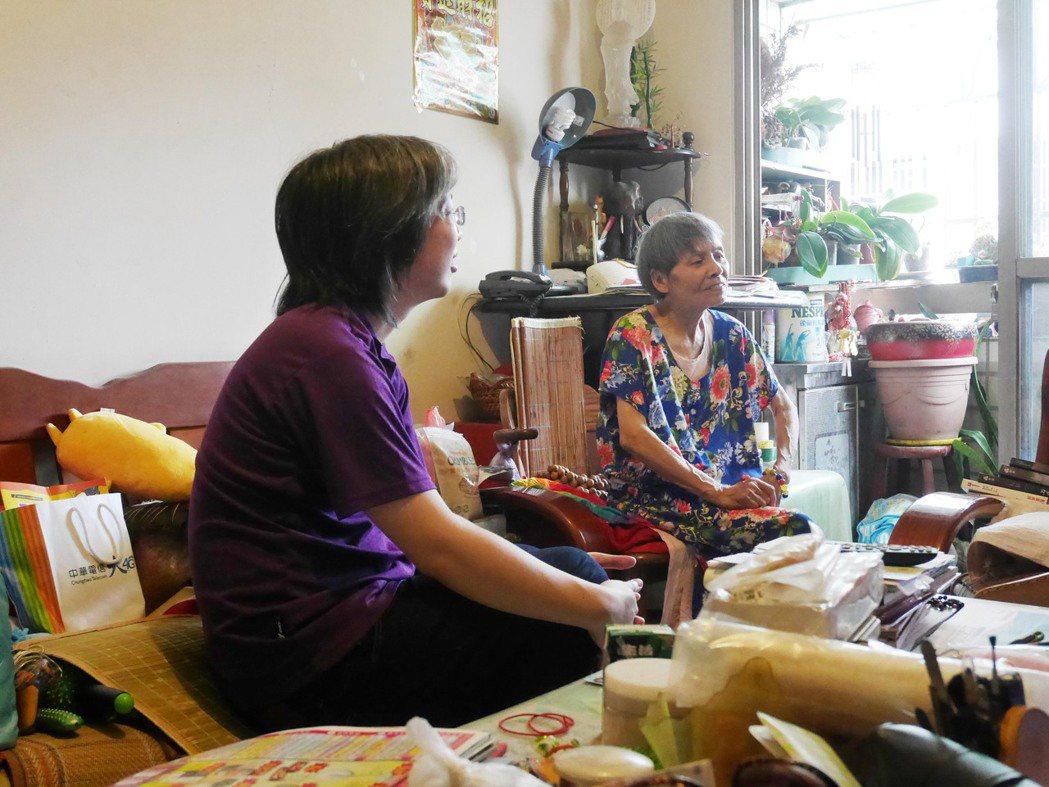 富宇慈善基金會執行長張宇承,親自參與第一天的探訪行程,至獨居老人家中訪視陪伴。圖...