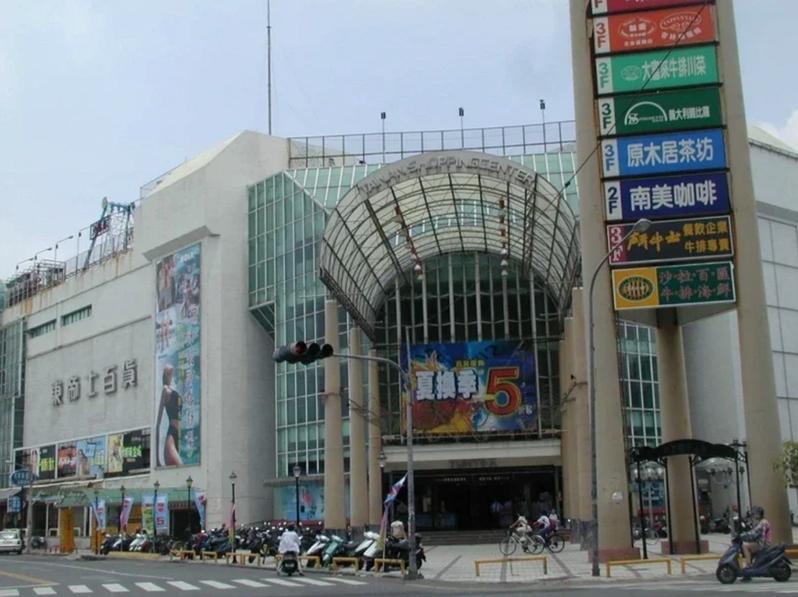 位在台南市西門路上的東帝士百貨在2001年停止營業。圖/本報資料照片