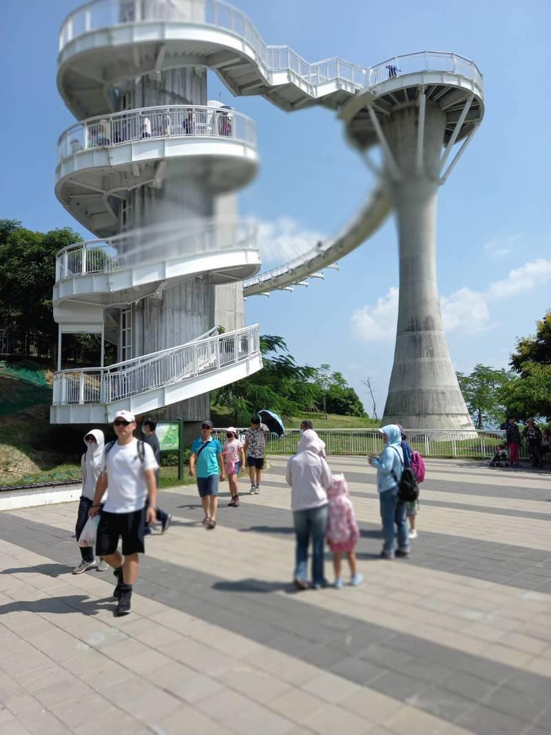 高雄崗山之眼園區的天空廊道免費入園,遊客不少,但沒有塞車。記者徐白櫻/翻攝
