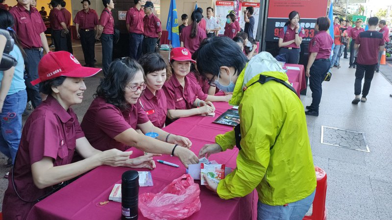 宜縣消防局今天在友愛百貨大樓1樓發起捐血活動,不少消防、義消、民眾熱血響應。圖/宜蘭縣消防局提供
