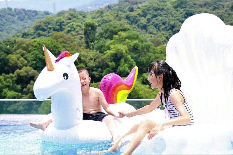 台北士林萬麗酒店頂樓的戶外無邊際泳池,是網美最愛。圖/台北士林萬麗酒店提供