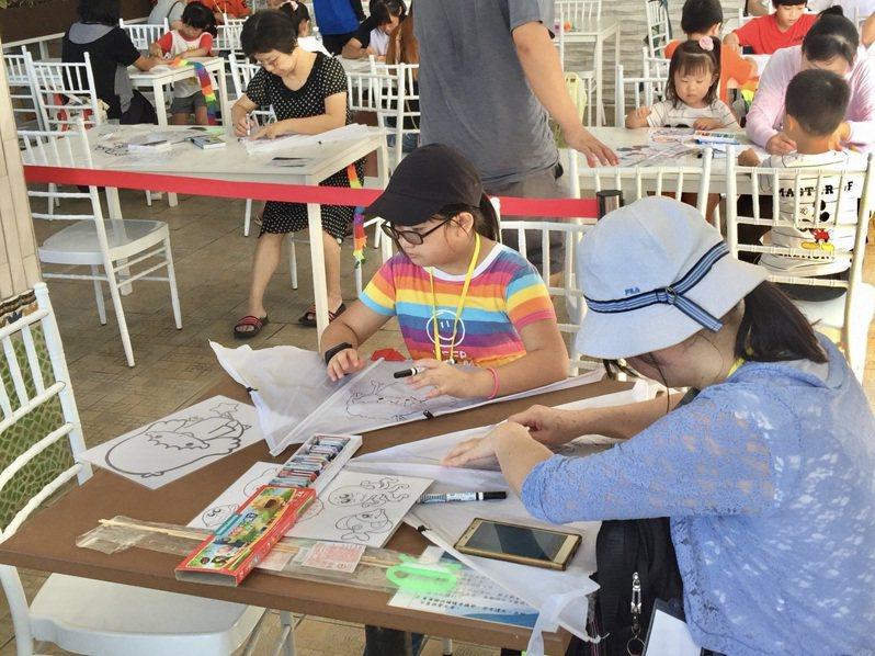 現場提供免費限量風箏DIY活動,讓大小朋友動手彩繪,施做獨一無二的風箏、再迎風放飛。圖/中市府觀旅局提供
