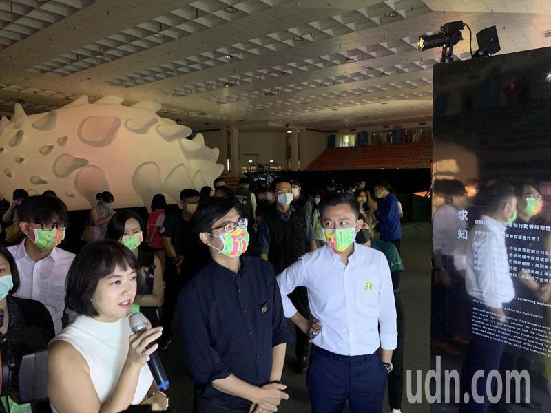 林智堅向陳其邁說明這次展覽有透過大數據呈現一些新竹特別的特色,如消費習慣等。記者巫鴻瑋/攝影