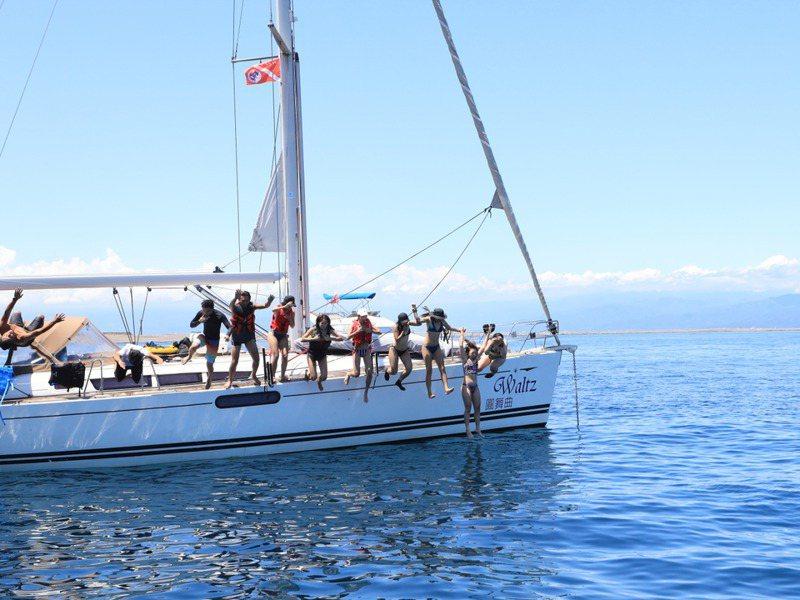 搭乘遊艇出海玩立槳、潛水,成為海上熱門遊憩方式。記者鐘聖雄/攝影
