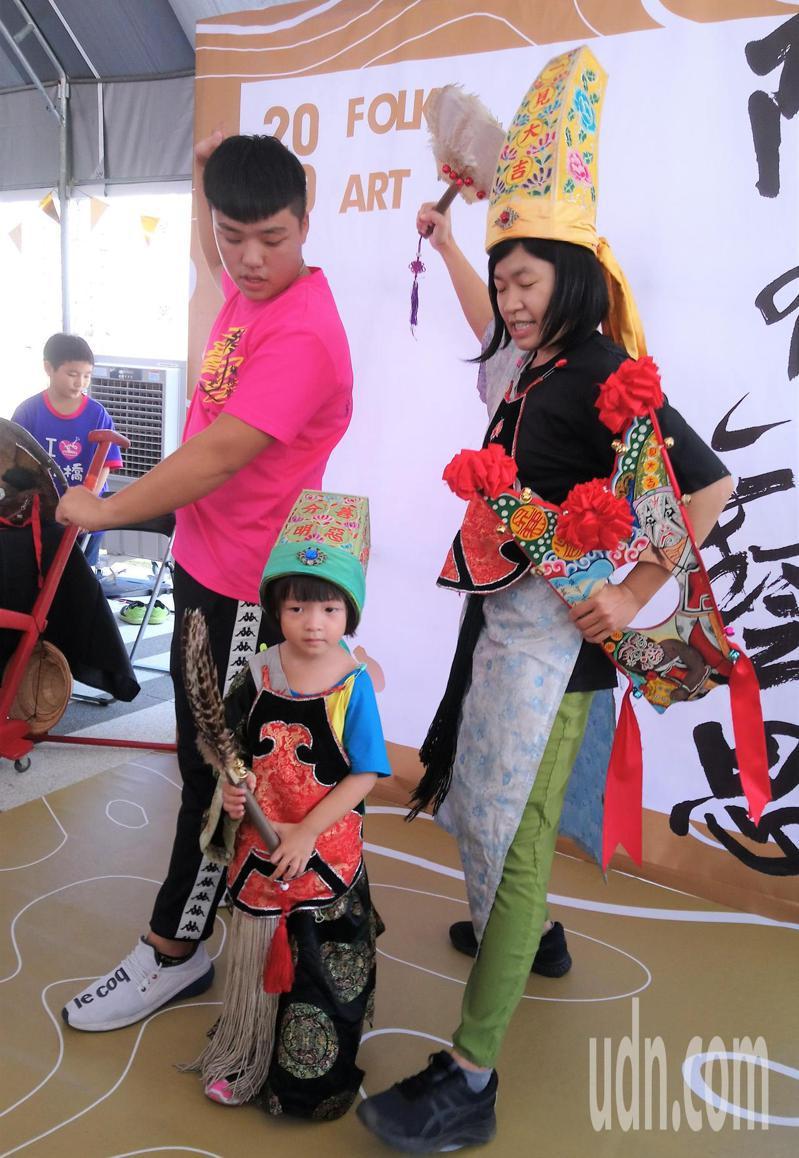 台南藝陣大匯演下午在新營文化中心的「藝陣市集」體驗活動先展開。圖/文化局提供