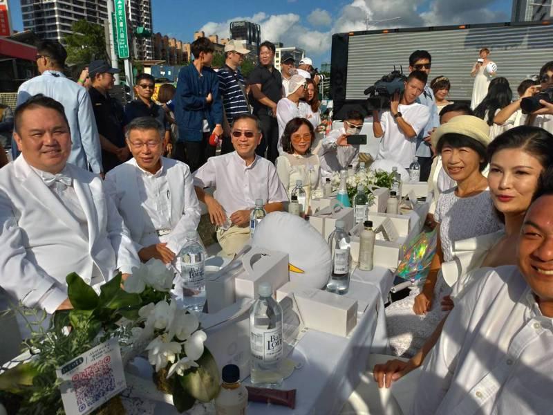 台北市長柯文哲偕同夫人陳佩琪、副市長黃珊珊、蔡炳坤等局處首長,一身純白禮服盛裝赴宴參加國際台北白色野餐活動。記者林麗玉/攝影