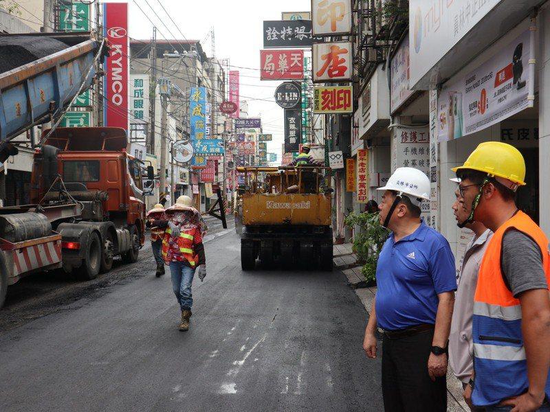 彰化縣員林市長游振雄(右二)在中正路施工時,前往監督。圖/市公所提供