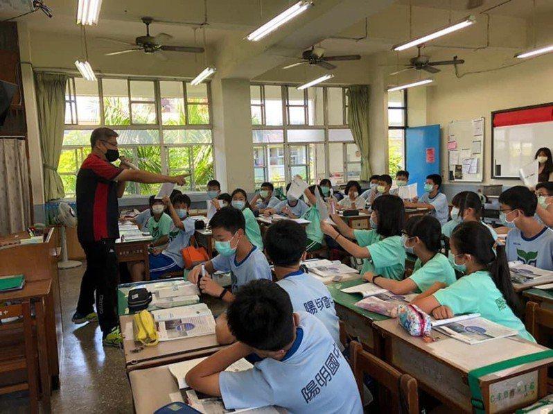 專案教師林健豐在高雄市立陽明國中公開示範全英文授課。圖/教育部提供