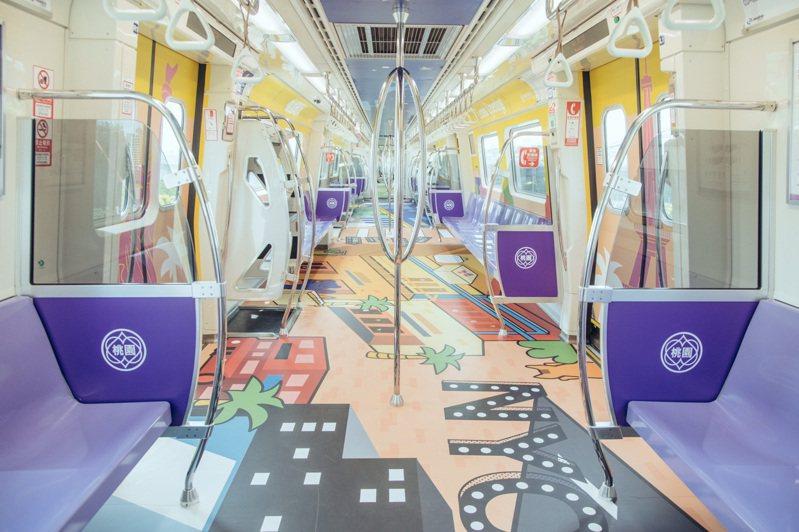 桃園青埔是今年下半年桃園觀光重點,桃園市政府巧思打造「桃園最青」彩繪列車行銷,近日上路行駛,車廂塗裝繽紛。圖/桃園市政府提供