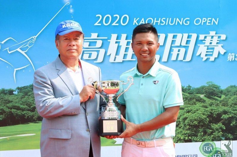 高雄球場理事長張德雄(左)頒冠軍盃給林永龍(右)。圖/TPGA提供/鍾豐榮攝影。