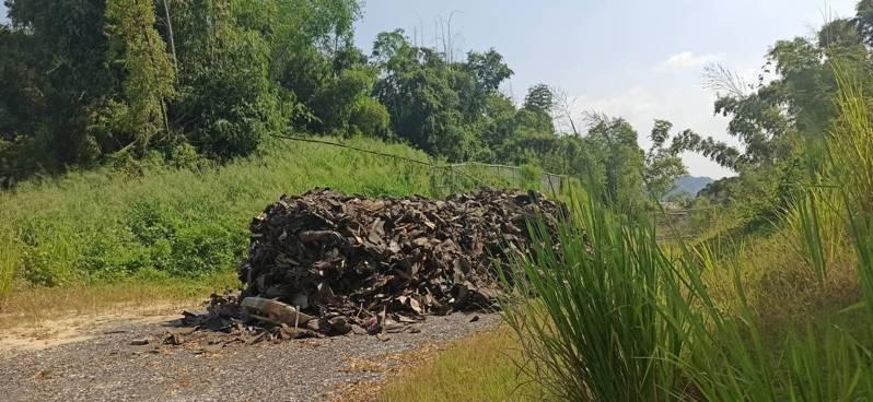 高雄燕巢區興龍段,遭人非法棄置廢棄物,高市環保局獲報利用中秋節假期前往查察。圖/高雄市環保局提供