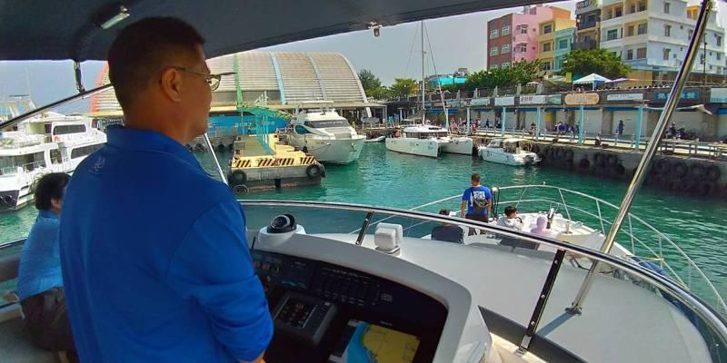 後疫情時代,高雄市府推「一日遊艇生活圈」行程,遊客可從高雄港搭遊艇到屏東小琉球。圖/高市府海洋局提供