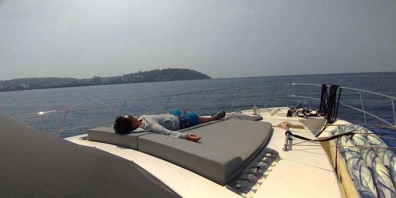 後疫情時代,高雄市府推「一日遊艇生活圈」行程,遊客出遊的自主性高,可在遊艇上享受日光浴。圖/高市府海洋局提供