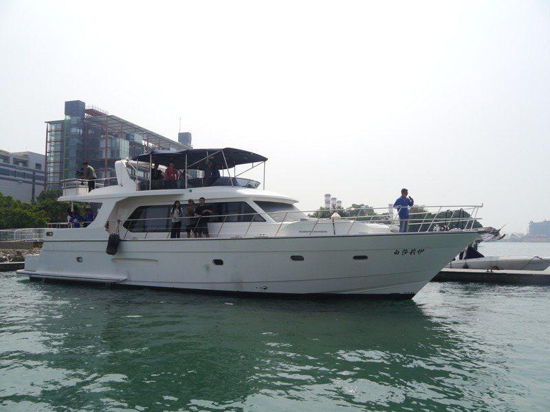 受疫情影響不能出國,高雄包遊艇出海的遊客量大增,遊客可在船上享受悠閒時光。記者徐白櫻/攝影