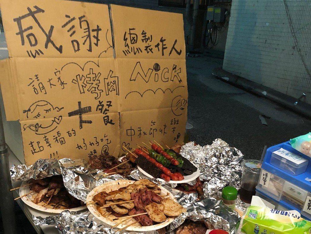 「華燈初上」應景中秋烤肉。圖/摘自臉書