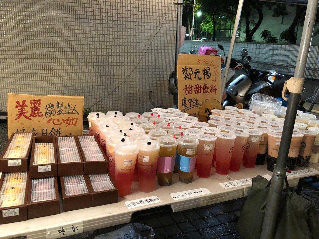 「華燈初上」劇組滿滿飲料、月餅。圖/摘自臉書