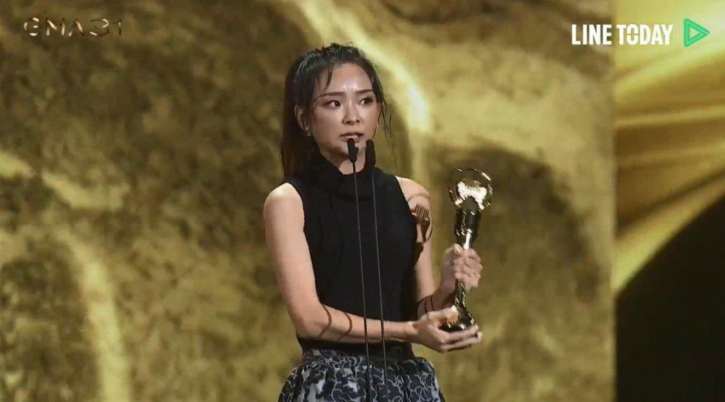 余佩真獲得金曲獎最佳作曲人獎,公開感謝妻子。圖/摘自Line Today