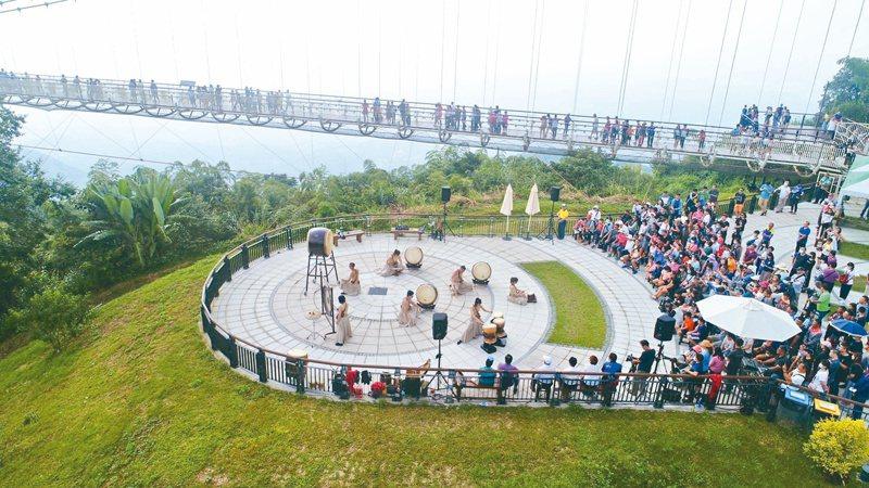 嘉義縣梅山鄉太平村太平雲梯,昨天3周年慶,十鼓擊樂團演出。圖/呂竑毅提供