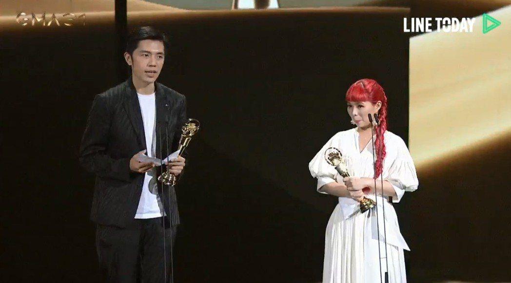許哲珮(右)和共同製作人王希文(左)、日本音樂團體「古武道」的「戰」,拿下第本屆