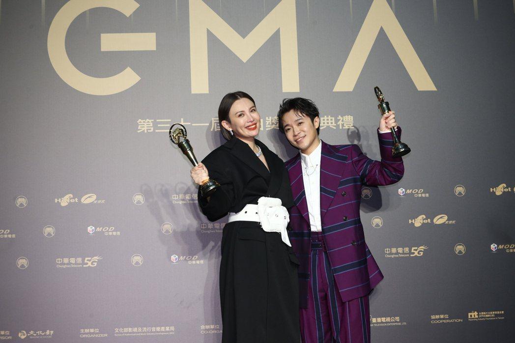 第31屆金曲獎,吳青峰(右)、魏如萱(左)獲得最佳國語男女歌手獎。記者曾原信/攝...
