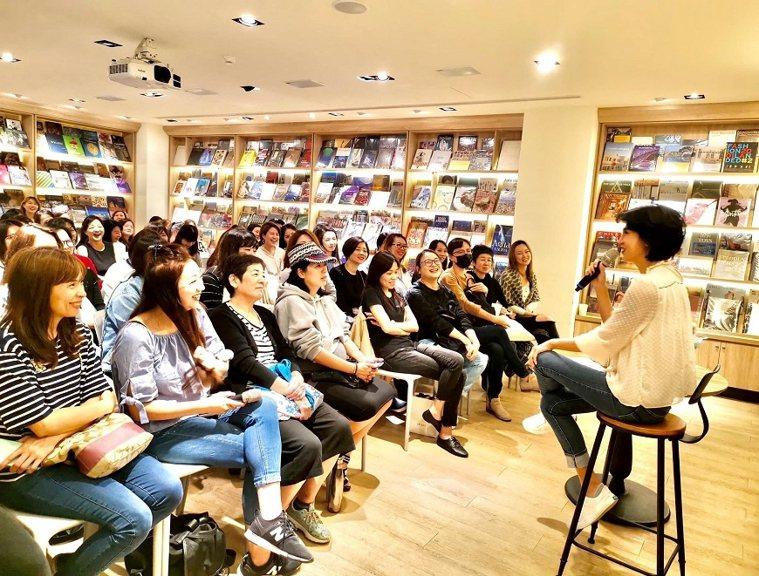 近年來「鬆姐」舉辦多場講座,分享自己的故事、也鼓勵大家解開自己心中的結。 圖/取...
