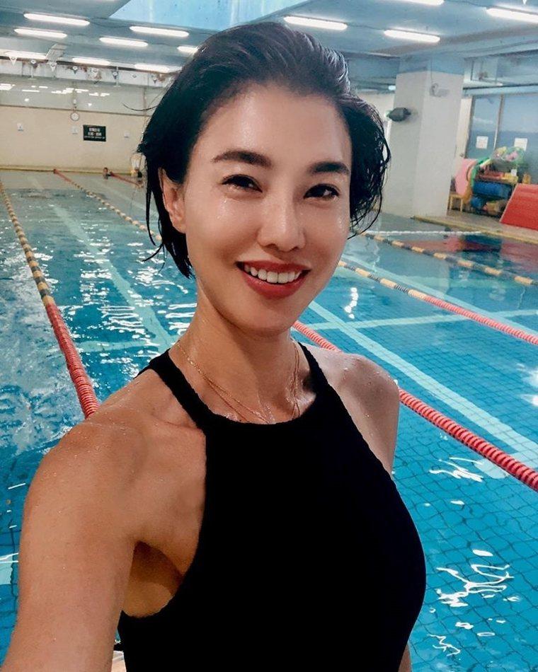 學會游泳是徐曉晰最近給自己的功課。 圖/取自50+(Fifty Plus)