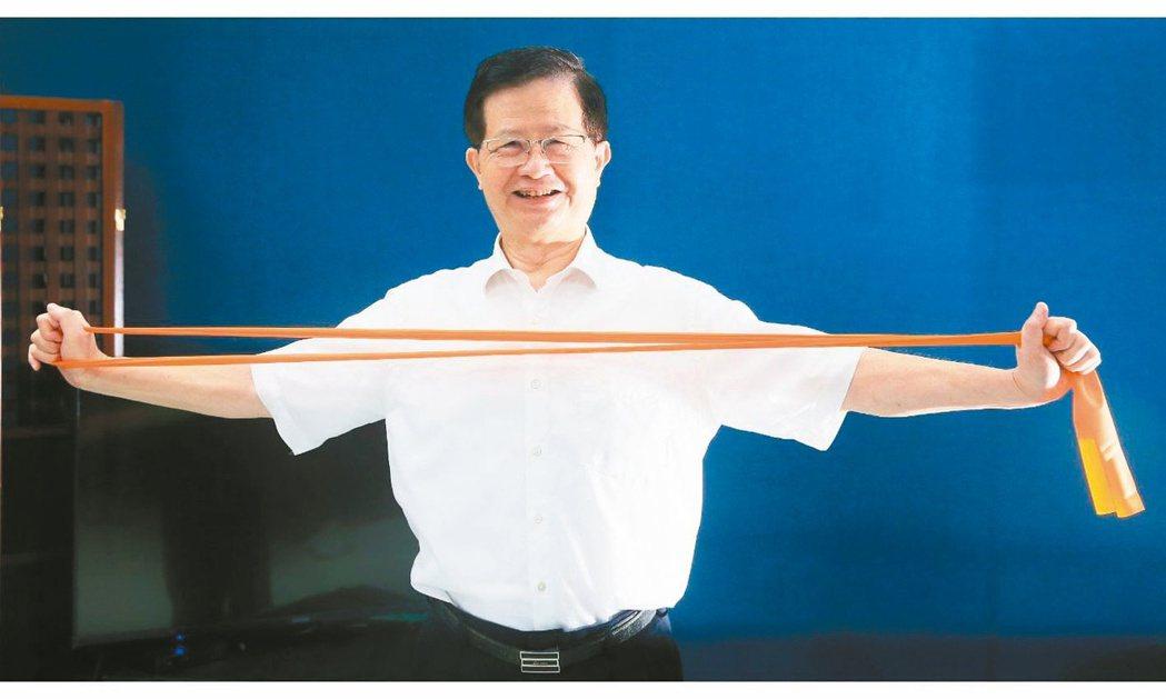 臺北市政府衛生局長黃世傑會趁午休或是看電視的時間,手拿彈力帶訓練上肢。