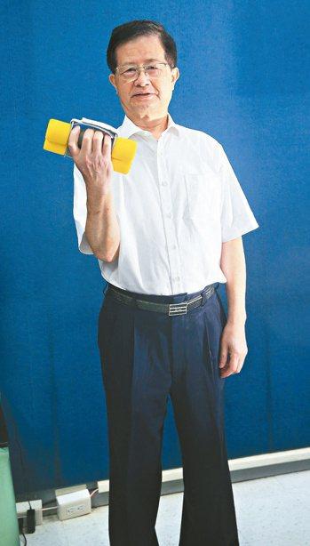 除了用啞鈴鍛鍊上肢,黃世傑也會隨時提醒自己抬頭挺胸。