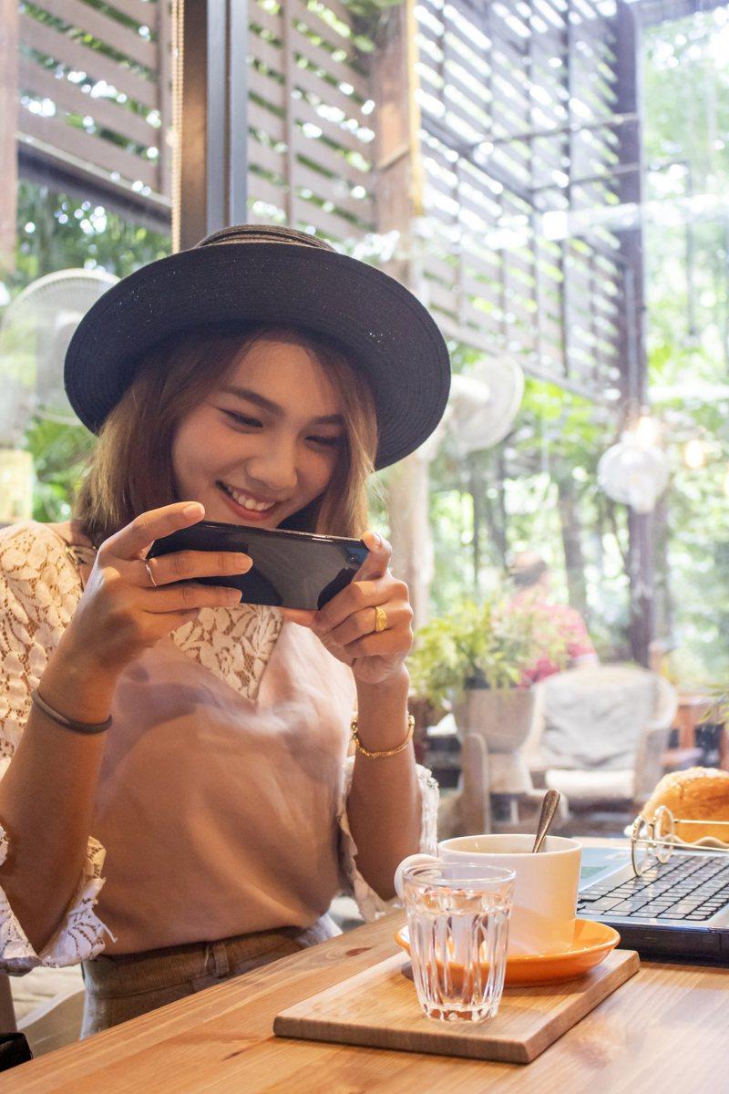 男網友抱怨他女友太愛發ig,連吃飯也要等女友先拍完照才能開動。 示意圖/ingimage