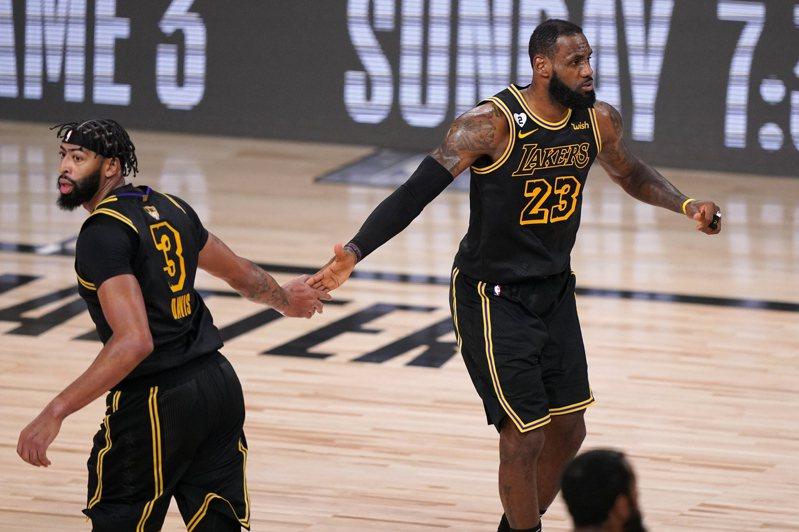 《ESPN》球評柏金斯(Kendrick Perkins)評說,戴維斯是「小皇帝」歷屆最佳戰友,連「閃電俠」韋德(Dwyane Wade)也附和同意。 美聯社