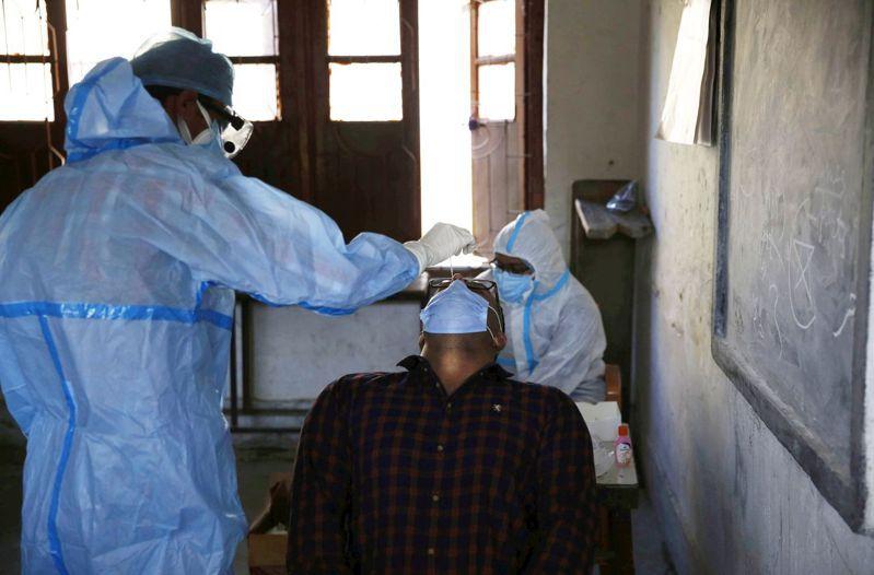 過去24小時,印度新增7萬5829人感染新冠肺炎。 歐新社