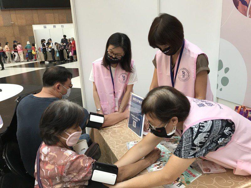 長者們參加「2020世界心臟日園遊會」闖關活動,正在測量血壓。(photo by...