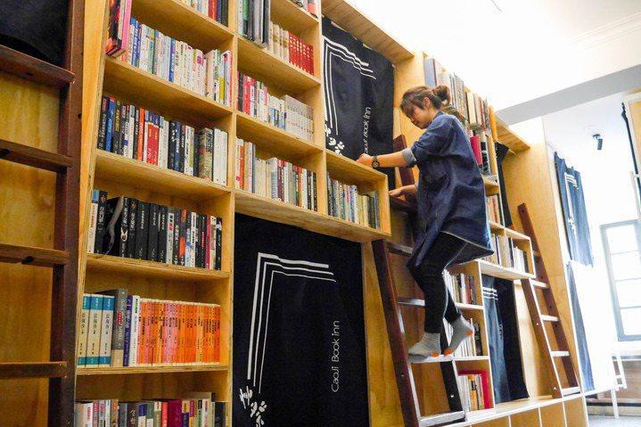 台南中西區艸祭民宿的每個房間都設在書架上,住客可在睡前隨手拿本書,愜意地在床上閱讀。 圖/聯合報系資料照片