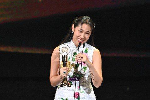 王若琳去年以「Modern Tragedy」專輯獲頒金曲獎評審團獎,當下喜出望外,今年以「愛的呼喚」專輯角逐五項大獎,可惜雖然在最佳國語女歌手、編曲、音樂錄影帶等獎項敗北,最後抱回第三十一屆金曲獎最...
